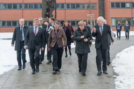 Seestraße site, courtyard: the Federal Chancellor Angela Merkel, the Federal Minister of Health, Herman Gröhe, and the Federal Minister of Building, Barbara Hendricks with RKI president Prof. Reinhard Burger. Source: Schnartendorff /RKI