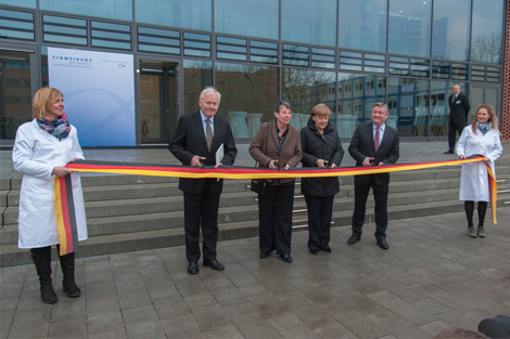 ouCutting the ribbon in front of the new laboratory and office building at RKI's Seestraße site. Source: Schnartendorff / RKI