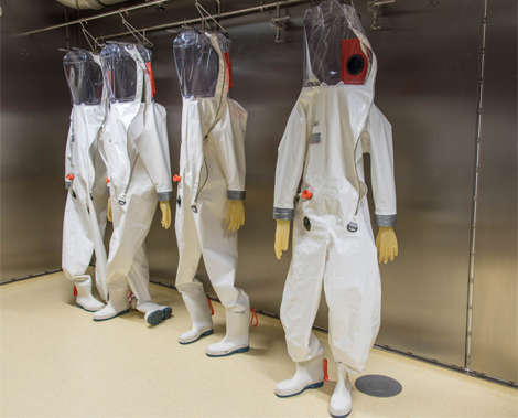In the BSL-4 laboratory, scientists and staff work in full-body protective suits with their own air supply. Source: Andrea Schnartendorff / RKI