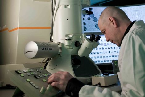 Tracking down pathogens: Electron Microscopy at the Robert Koch Institute. Source: Günter Bredow/RKI