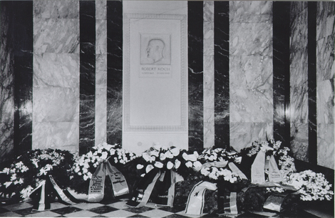 Robert Koch dies in Baden-Baden on 27 May 1910. The urn containing his ashes is laid to rest in a specially constructed mausoleum at the institute on 4 December 1910. Source: RKI.