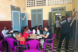 Team meeting: Local volunteers and WHO employees plan their visits to hospitals and to local doctors in Conakry. Source: Carlos Carvalho/ARS Norte, IP.