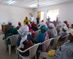 Employees of the Red Cross give a lecture on safe burials at a meeting in Dubréka, Guinea. Source: Joana Haußig/RKI.