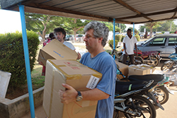 RKI virologists Andreas Nitsche and Andreas Kurth help unload the equipment. Source: Claudia Kohl/RKI