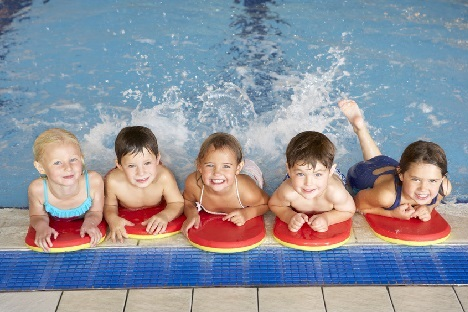 Illustration: Kinder beim Schwimmunterricht. Quelle: © Monkey Business / Fotolia.com
