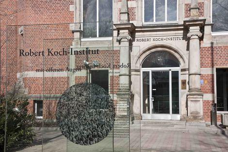 Erinnerungszeichen vor dem Haupteingang des RKI. © Schnartendorff/RKI