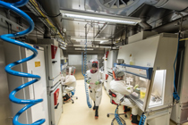 Blick durch das Innere des Labors. /  Inside the BSL-4 laboratory.  Quelle/Source: Schnartendorff/RKI